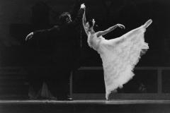 A-Viúva-Alegre-com-Andrey-Kuddelin-Cisne-Negro-Cia-de-Dança-1997-Foto_Arnaldo-Torres